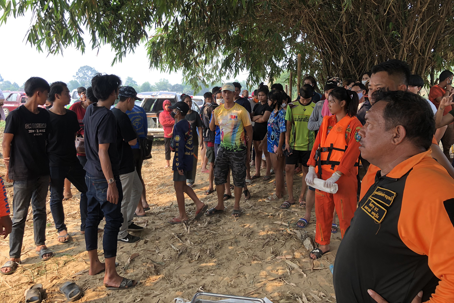 Rescue volunteers and police are seen on the bank of the Kwae Noi River in Dan Makhham Tia district of Kanchanaburi where the body of a second girl was found on Sunday. (Photo by Piyarach Chongcharoen)