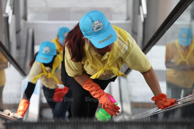 Volunteers join a project organised by the Bang Kholaem district office to clean Rama III Bridge BRT station on April 6, 2020 to fight the coronavirus spread in Bangkok. (Photo by Apichart Jinakul)
