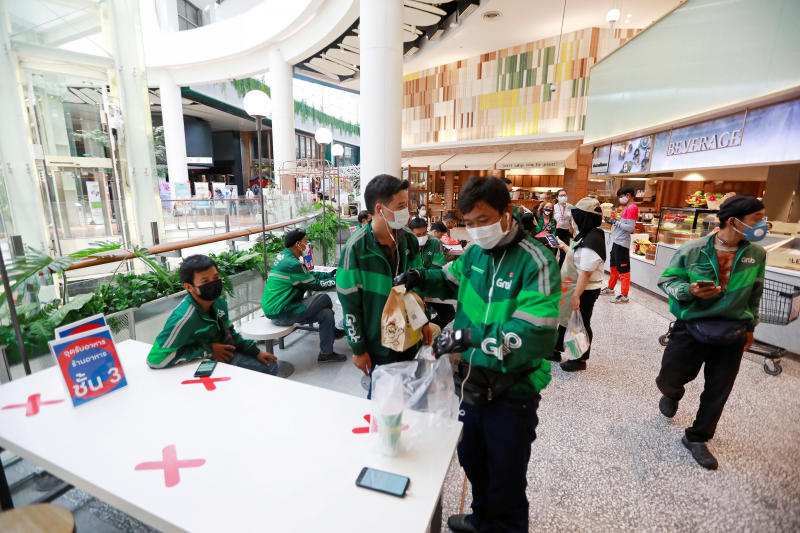 Staff of Grab, a food delivery service company, wait for orders, after government shut down all the shopping centres in the country due to the coronavirus disease outbreak, inside the Central World mall in Bangkok, Thailand, March 22, 2020. (Reuters file photo)