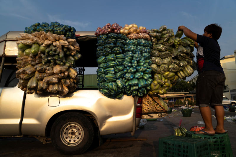 A worker loads fresh produce onto a mobile grocery truck at the Si Mum Muang Market, during the coronavirus disease (Covid-19) outbreak, in Bangkok, April 10, 2020. (Reuters photo)