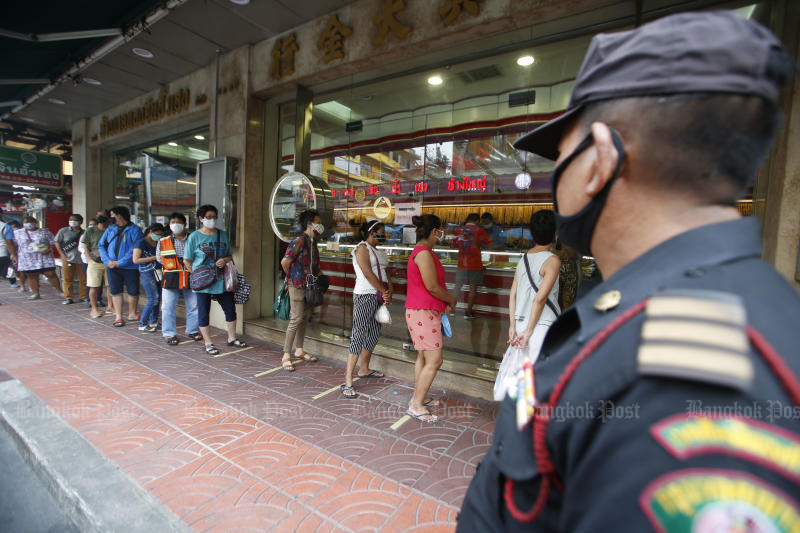 People queue outside Chin Hua Heng Goldsmith Shop in Yaowarat, eager to sell necklaces, earings and bullion on Wednesday. (Photo by Pornprom Satrabhaya)