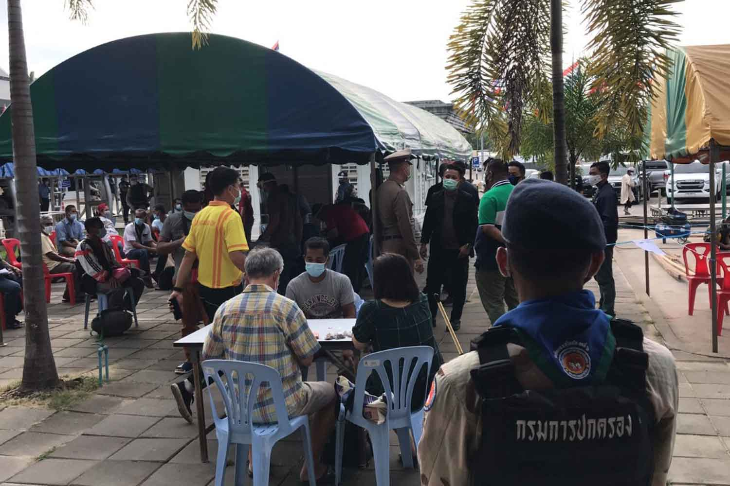 Officials process the 94 Thai workers who illegally returned from Malaysia on Thursday morning, at the border in Sungai Kolok district, Narathiwat. (Photo: Waedao Harai)
