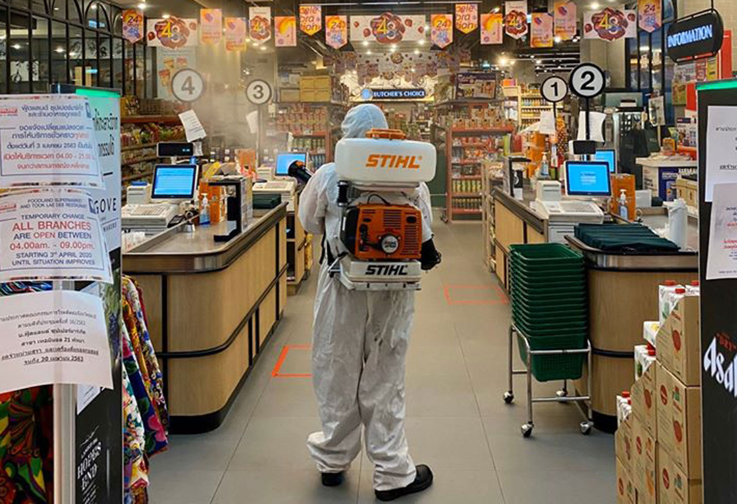 A health official sprays disinfectant inside Foodland supermarket at Terminal 21 Pattaya shopping mall on Wednesday night, after it was learned a person infected with Covid-19 shopped there on April 5. (Photo by Chaiyot Pupattanapong)