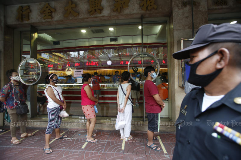 A large queue forms in front of a gold shop in Yaowarat on Wednesday. (Photo by Pornprom Satrabhaya)
