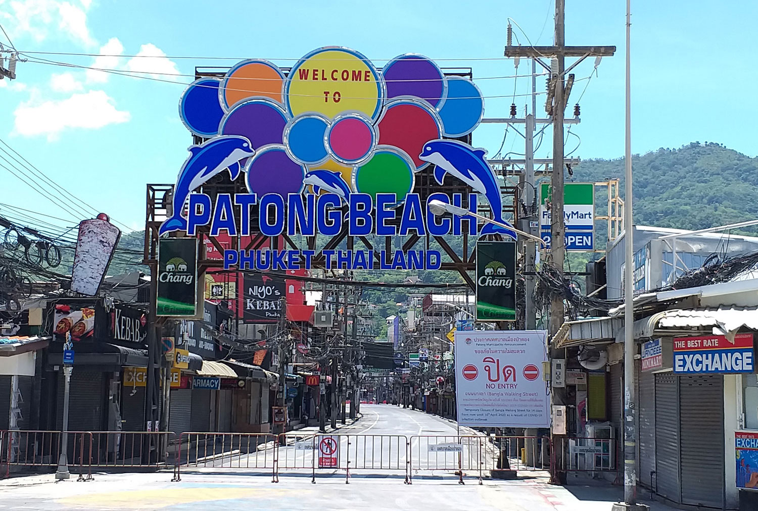 Shops and entertainment venues in the Patong area of Phuket remain shut as part of the effort to contain Covid-19. Authorities on Tuesday reported one more case, bringing the total to 193. (Photo: Achadtaya Chuenniran)
