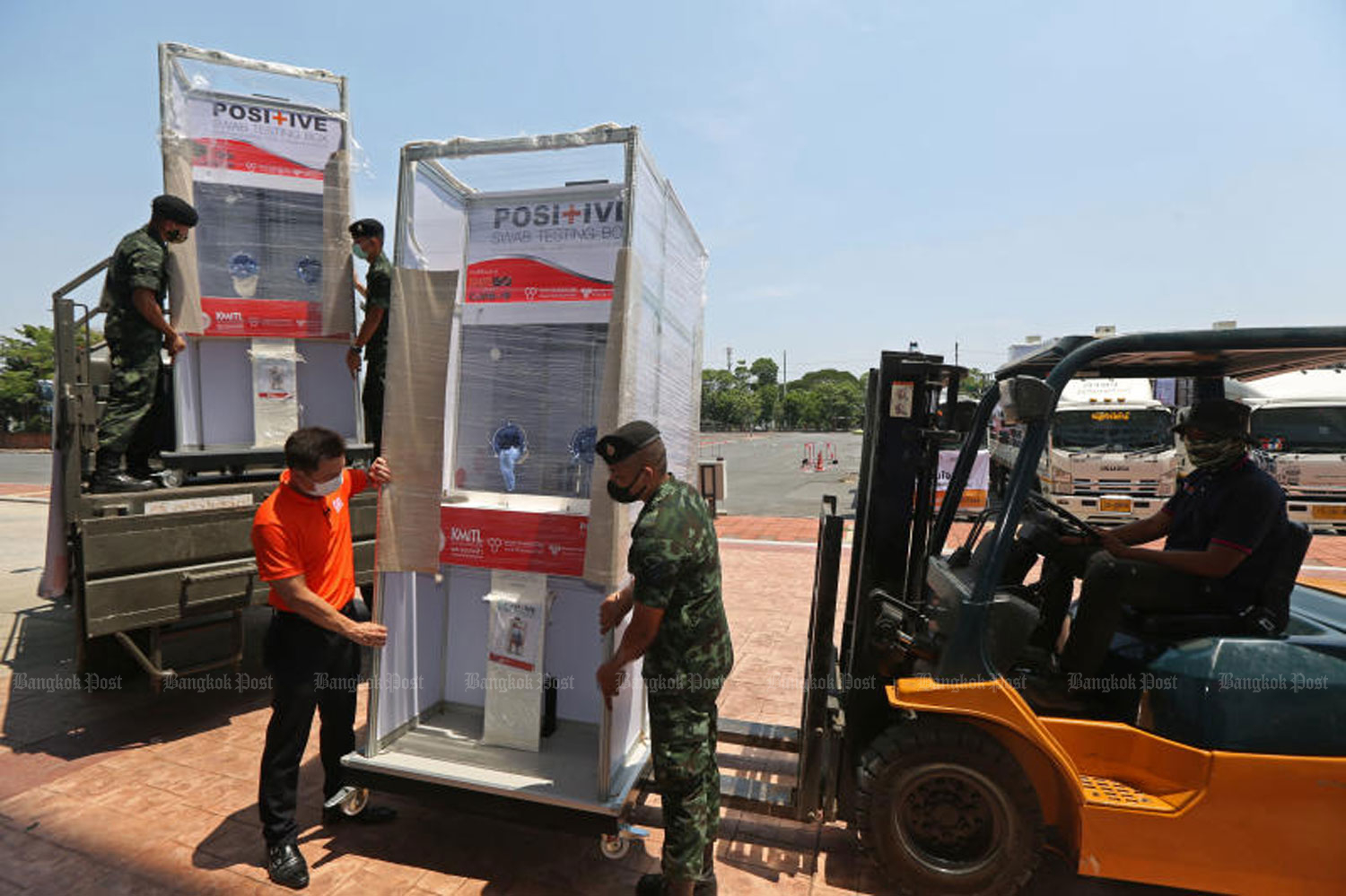 Soldiers help to load equipment, including pressure chambers to treat Covid-19 patients, onto a truck. Donated by King Mongkut's Institute of Technology Ladkrabang, the equipment will be delivered to various hospitals. (Photo by Varuth Hirunyatheb)