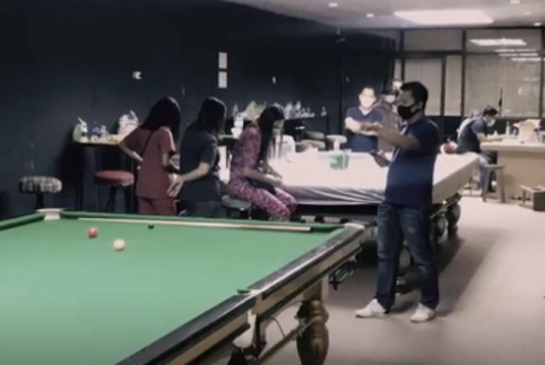 Polisi menggerebek toko snooker yang digunakan sebagai tempat perjudian di daerah Saphan Sung di Bangkok pada 22 April dan menangkap 47 orang. (Tangkap dari Workpoint TV)