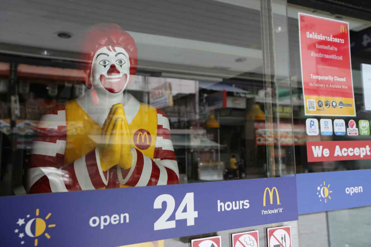 This and other fast food restaurants were closed in Bangkok to help combat Covid-19. The Bangkok Metropolitan Administration plans to permit the reopening of restaurants and  other places, with strict conditions. (Photo: Wichan Charoenkiatpakul)