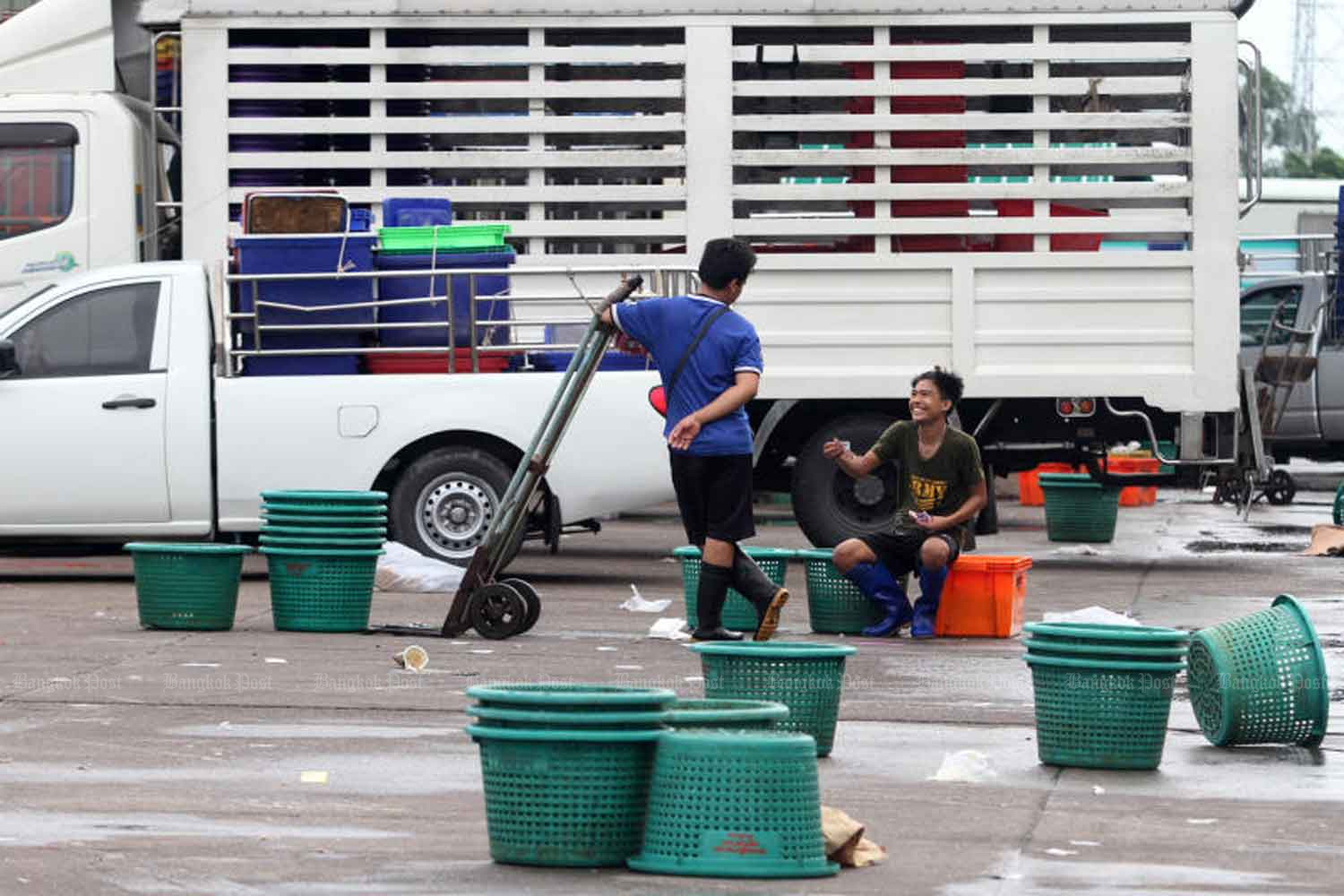 Workers rest at Talay Thai market in Muang district of Samut Sakhon province. (Bangkok Post file photo)