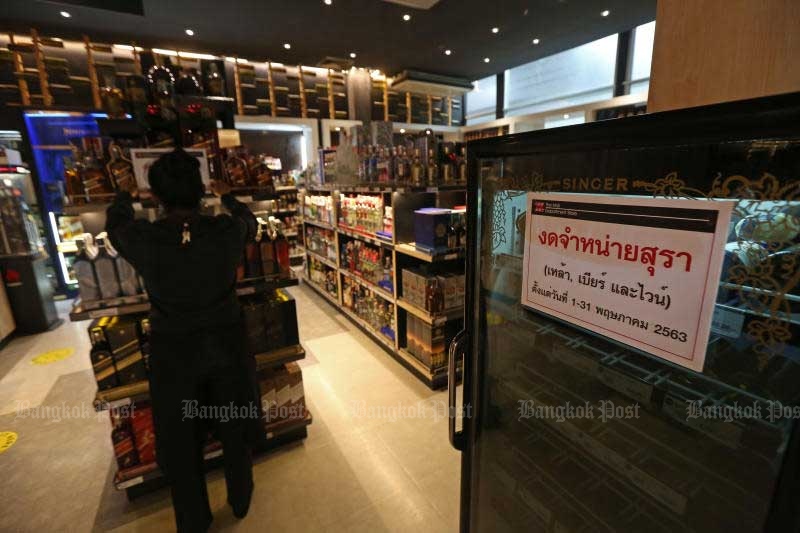 The nationwide alcohol sales ban due to end on Thursday has been extended until the end of this month. (Photo by Varuth Hirunyatheb)