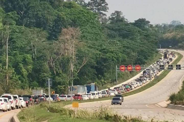 Vehicles stay bumper to bumper on a section of Road 304 bound for central Nakhon Ratchasima in Wang Nam Khiew district. (Photo from @Hook31_Thailand Twitter account)
