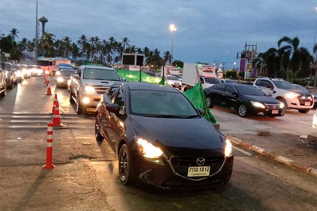 Motorists wait their turn to cross the bridge at Tha Chatchai and leave Phuket island for  the southern mainland early on Friday. (Photo: Achadtaya Chuenniran)