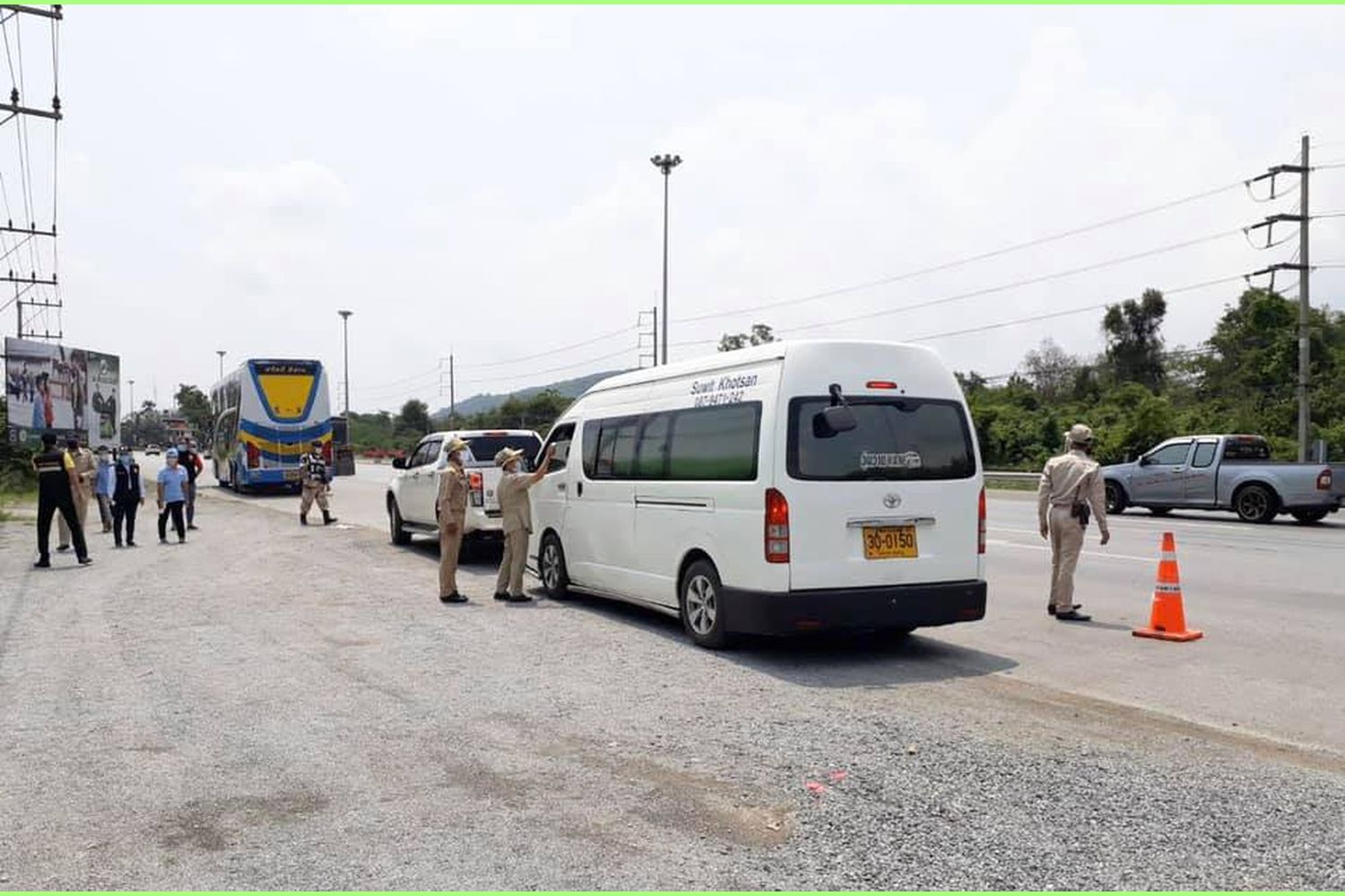 A van is stopped for fever screening of its passengers at a checkpoint on the Mitrapharb Highway to Nakhon Ratchasima on Saturday. (Photo from ถนนมิตรภาพ-รถติดบอกด้วย Facebook)