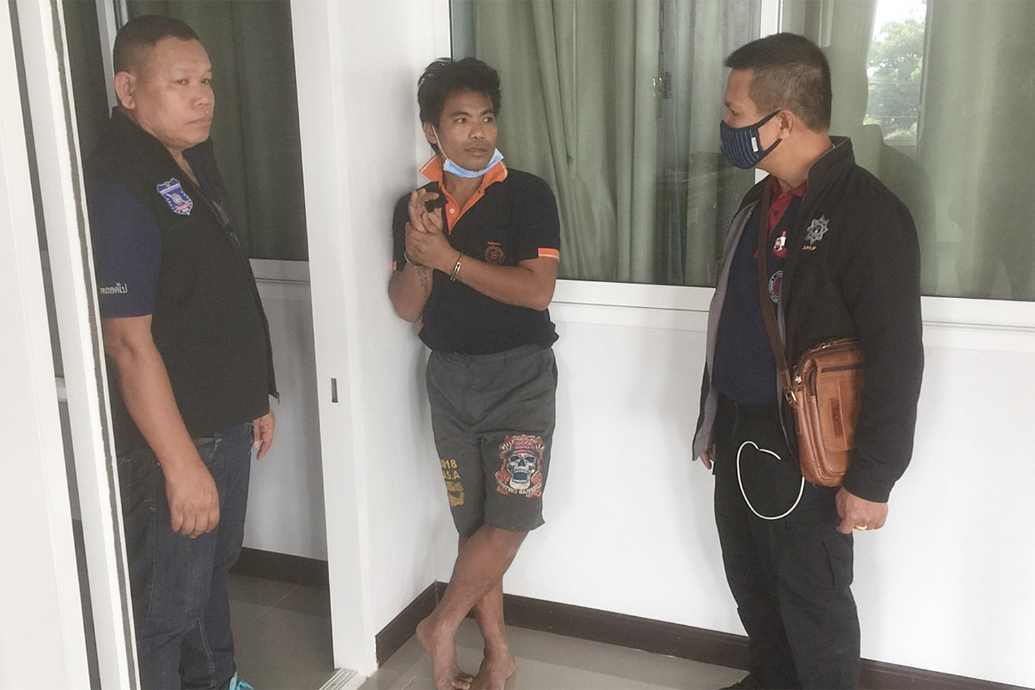 Panupong Khotchomphu is taken for an interrogation at Kham Ta Khla police station in Kham Ta Khla district of Sakon Nakhon after he and four others escaped from a prison on Friday. (Photo by Pratuan Kachoarnwuthinan)