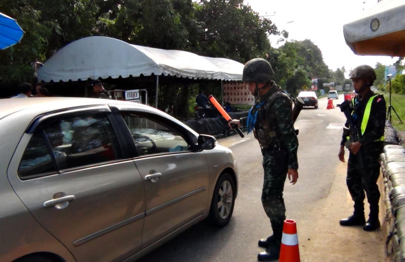 Soldiers check passing cars at a security checkpoint in Narathiwat. (Bangkok Post file photo)