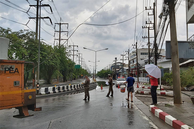 PEA workers repair fallen power lines after the storm in inner Korat city on Monday morning. (Photo: Prasit Tangprasert)