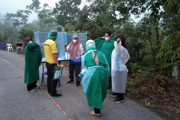 ็Public health personnel set up a place to take swabs for testing for coronavirus infection, at an undisclosed location in Yala. (Photo: Yala public health office Facebook account)