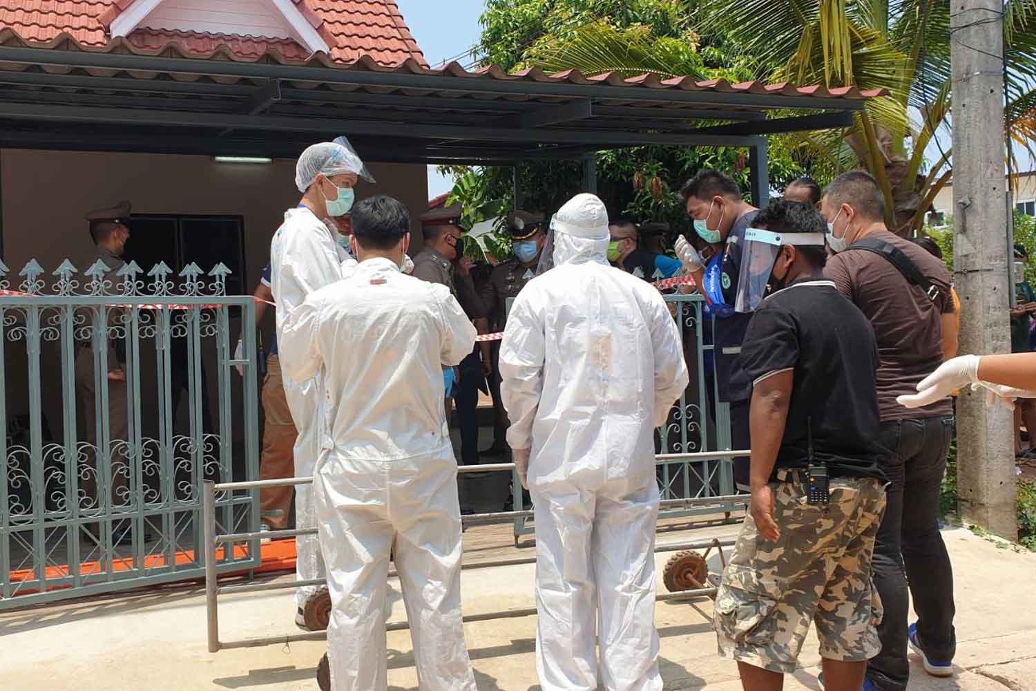 Forensic police examine a row house in Muang district of Prachin Buri where a German man was found dead with a stab wound to the chest on Wednesday morning. (Photo: Manit Sanubboon)