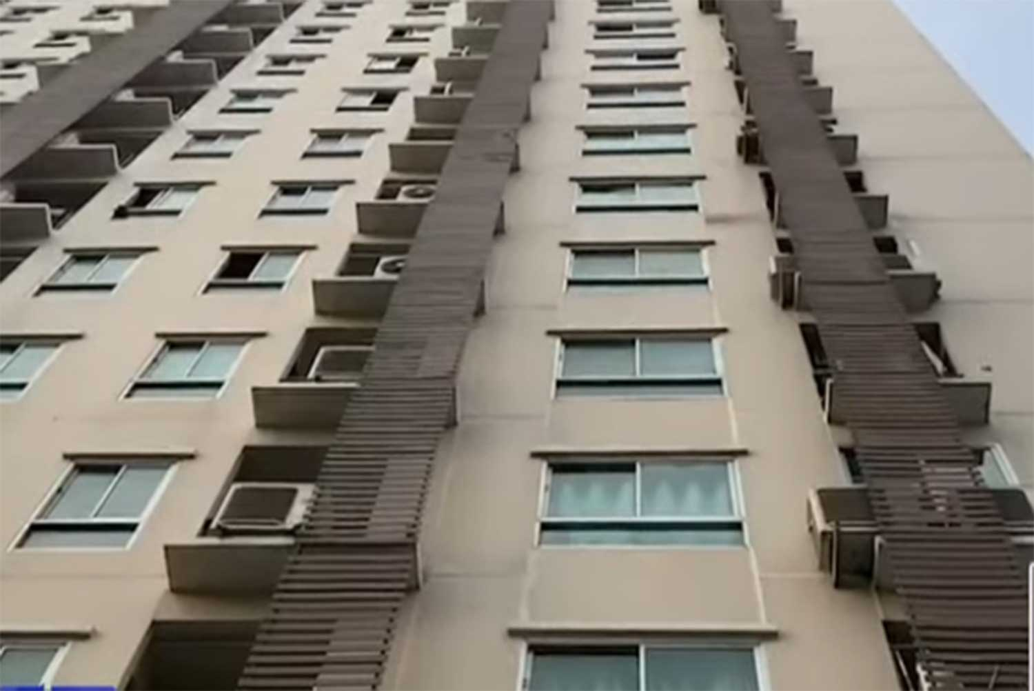 A woman, 77, died in a fall from this 15-storey condominium building in Bangkok's Bang Khen district on Thursday morning. (Capture from MCOT TV)
