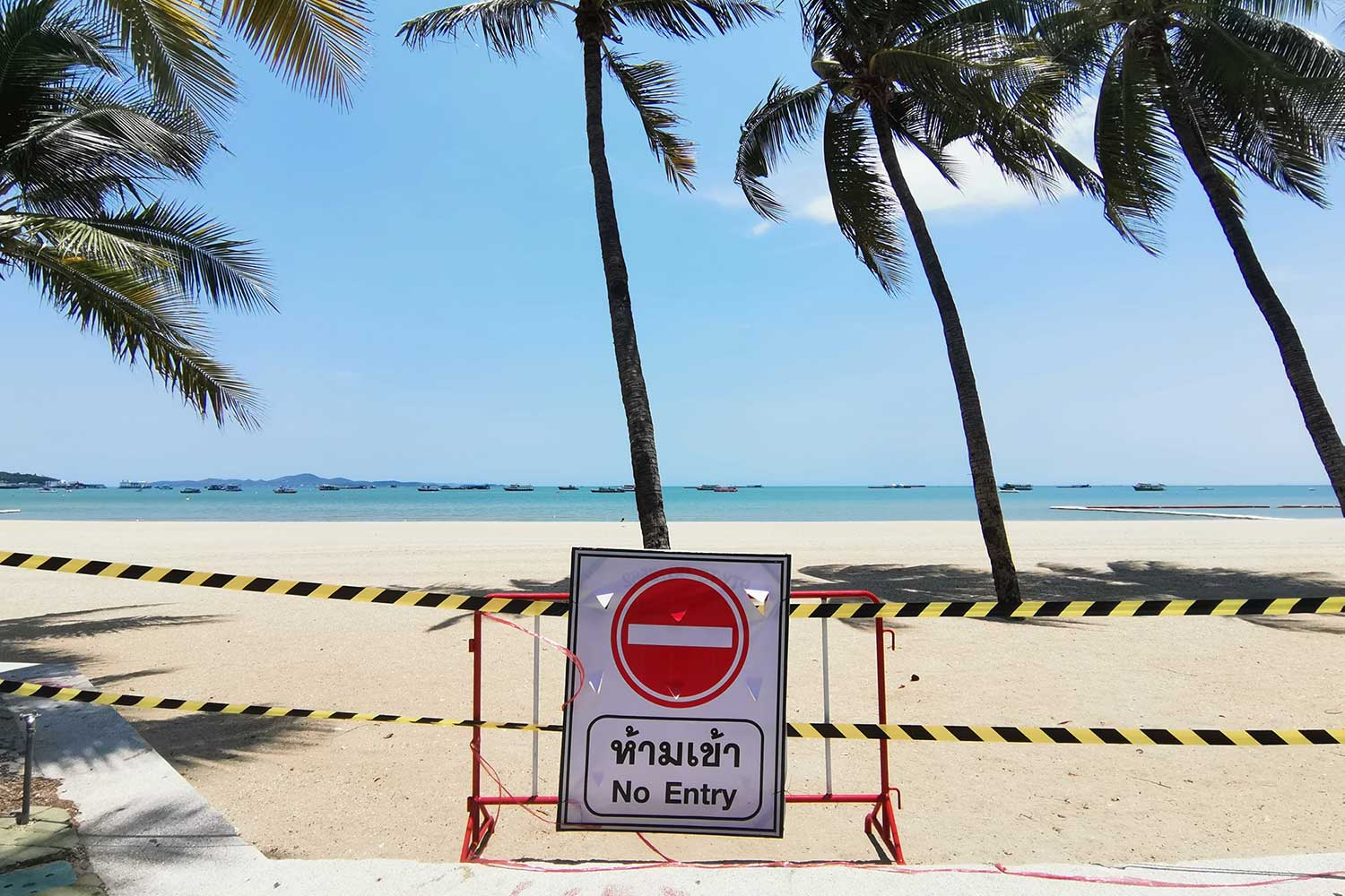 Pattaya City inspectors on Thursday begin putting up barriers at Pattaya beach and 7 other venues as authorities will close those venues from May 9 until May 31 as part of the effort to contain the spread of Covid-19. (Photo taken from @pattayacity2535 Facebook page)
