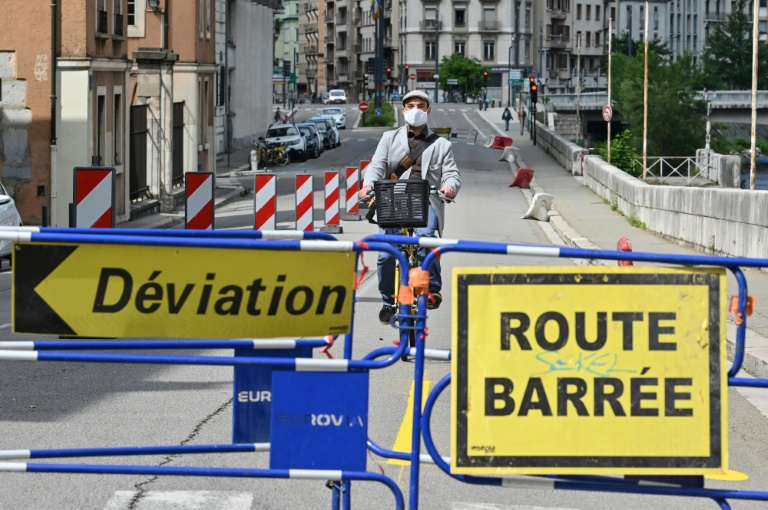 France is inching toward a May 11 deadline to begin easing its confinement measures. (AFP photo)