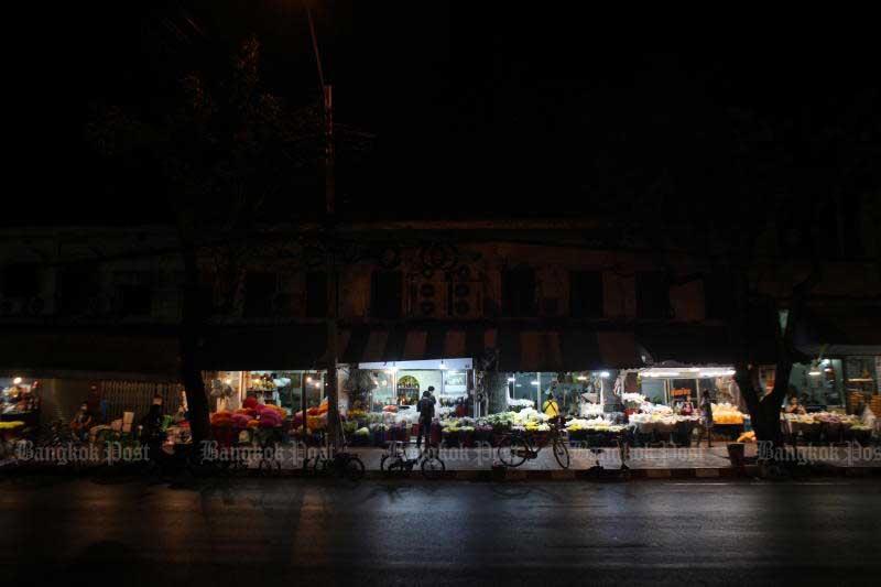 Pak Klong Talad, Bangkok's flower market, is quiet shortly before the night curfew starts on April 23, 2020. (Photo by Arnun Chonmahatrakool)