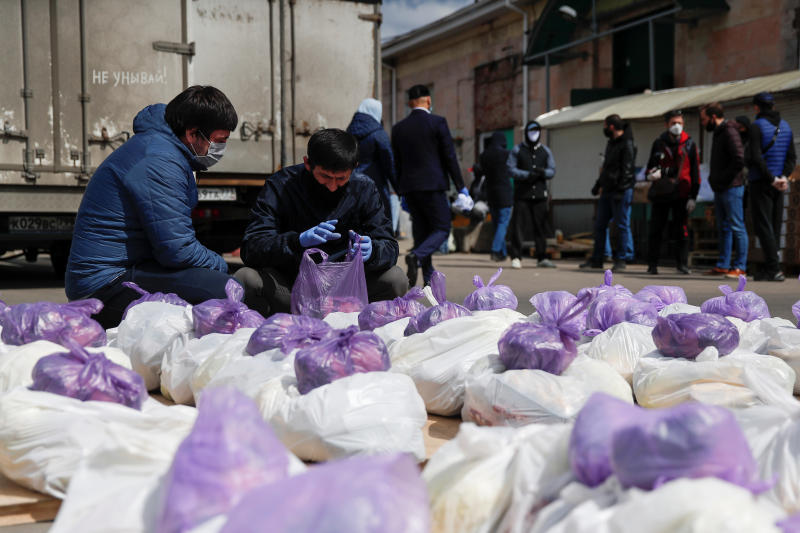 Volunteers of the Dom Dobroty (House of Kindness) charity prepare food packages to be distributed to people in need including migrants who found themselves stuck in Russia without being able to get back home or earn their living, amid the outbreak of the coronavirus disease  in Moscow, Russia on Saturday. (Reuters photo)