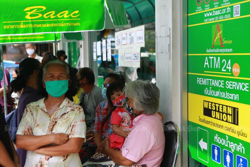 Farmers queue for aid at the BAAC's Samut Prakan branch. (Bangkok Post photo)