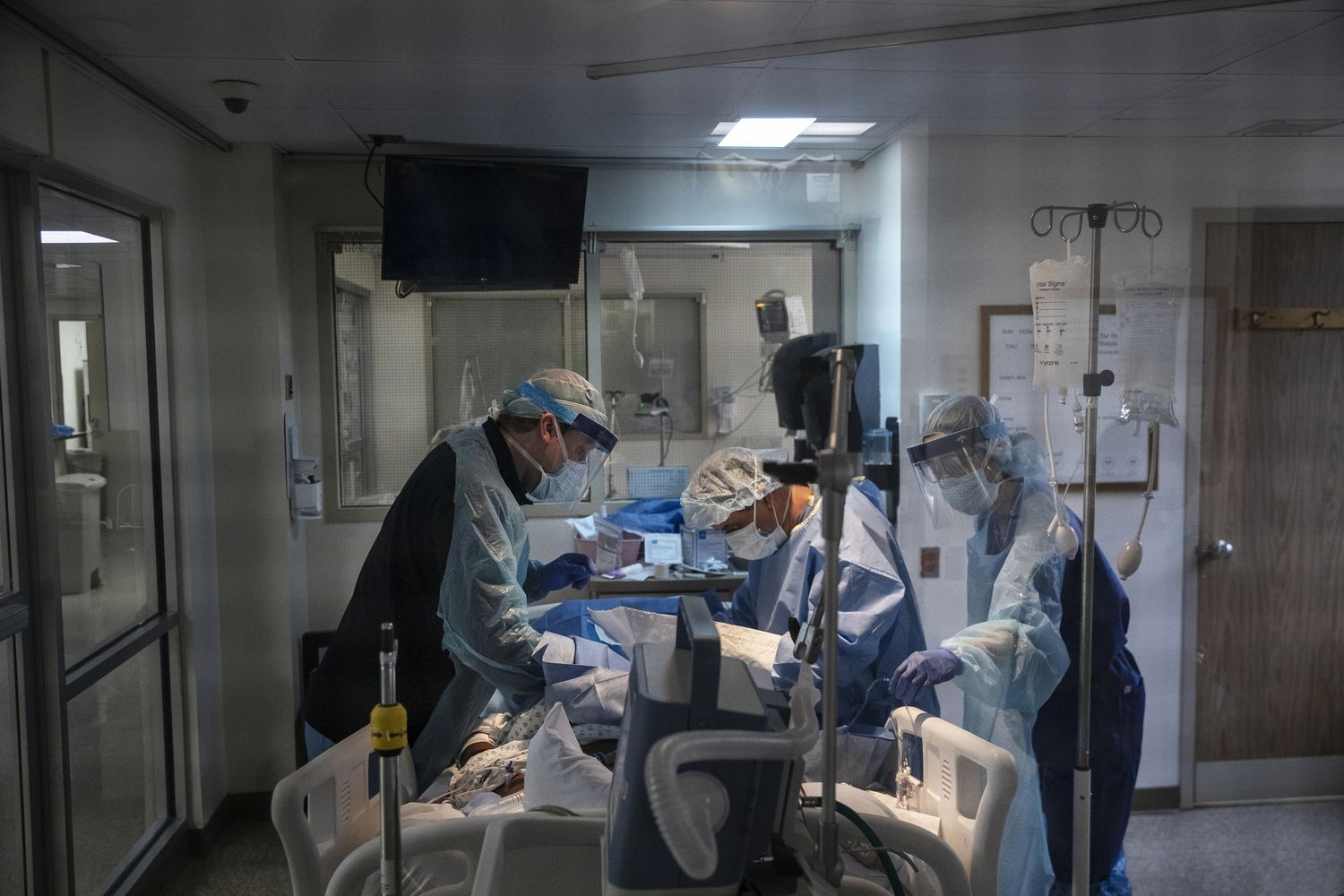 Doctors treat a patient infected with Covid-19 in the intensive care unit of the Brooklyn Hospital Center in New York on March 30. (Victor J. Blue/The New York Times)
