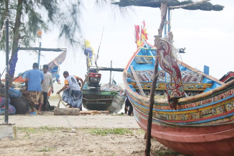 Fisherfolk fear their livelihoods, as well as coastal ecology, are threatened by the Songkhla Special Economic Zone. (Post Today file photo)