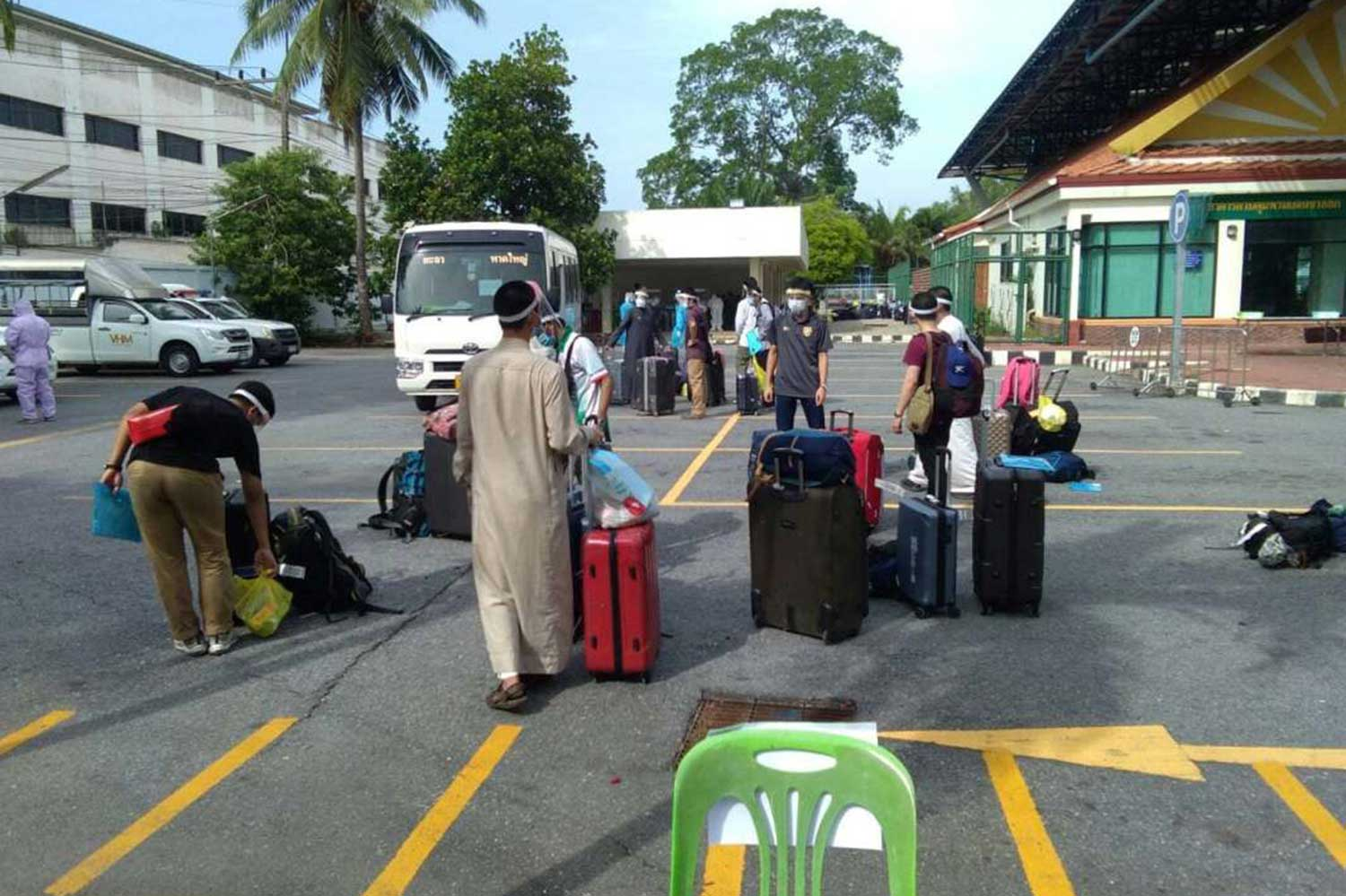 Twenty-one Thais from Saudi Arabia arrive in Songkhla province on Thursday. They were sent to state quarantine facilities in their home provinces. (Photo: Assawin Pakkawan)
