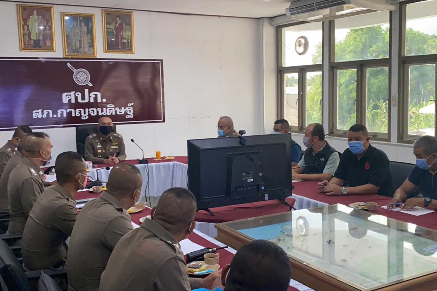Pol Maj Gen Thakoon Natepukkana, chief of Surat Thani police, chairs a meeting on Friday with investigators handling the case of alleged extortion by three police officers. (Photo: Supapong Chaolan)