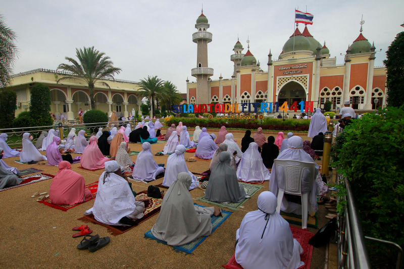Muslims celebrate Hariraya at the Central Mosque in Muang district of Pattani province on Sunday. (Reuters photo)