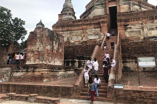Tourists return to the old capital of Ayutthaya on Sunday. (Photo: Sunthorn Pongpao)