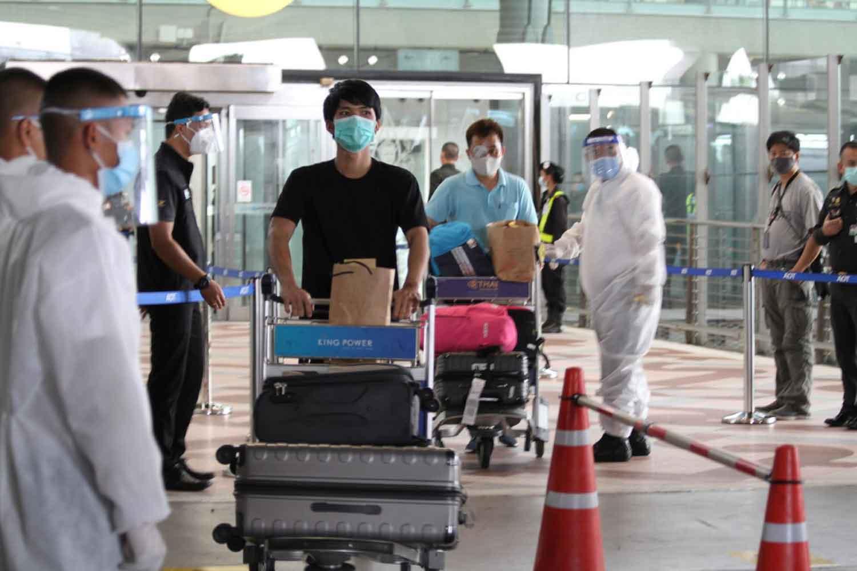 Thais returning from abroad undergo health screening at Suvarnabhumi airport on Tuesday  before going into 14-day quarantine. (Photo: Sutthiwit Chayutworakan)