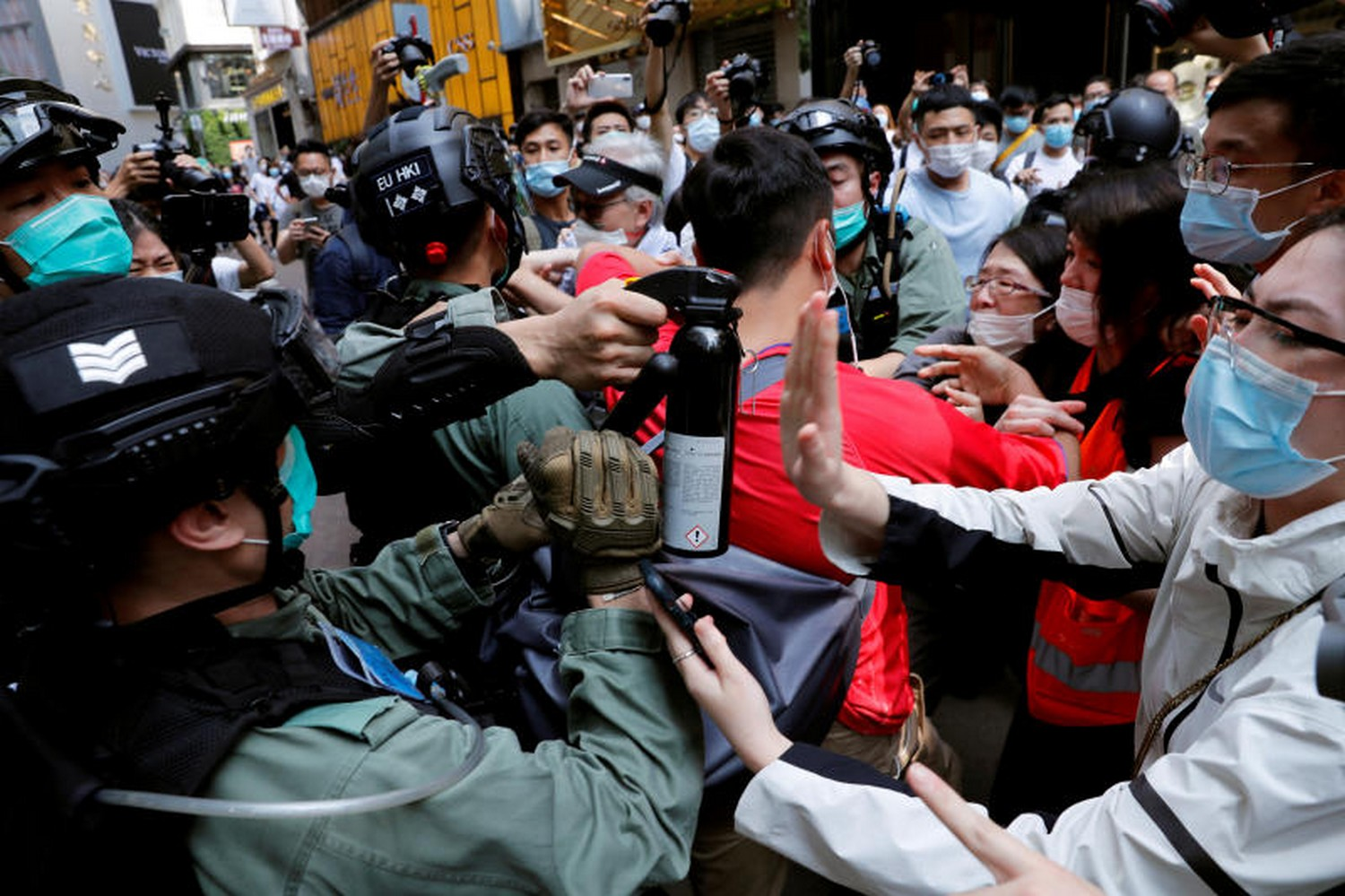Anti-government demonstrators scuffle with riot police at a lunch time protest during  the second reading of the controversial national anthem bill in Hong Kong on Wednesday. (Photo: Reuters)