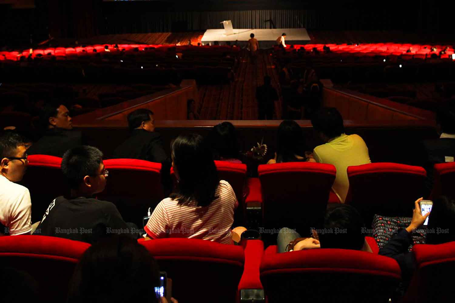 People sitting close to each other at cinemas will be allowed when they reopen on Monday, with strict disease control rules in place. (Bangkok Post file photo)