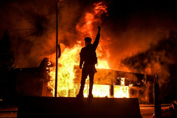 'Chaos' in Minneapolis as violence divides protesters