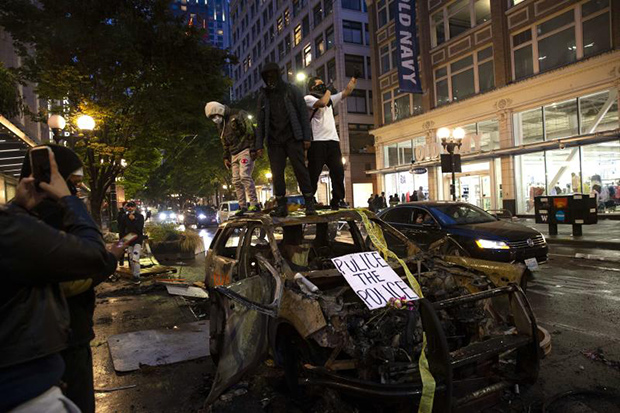 Protesters riot in the streets following a peaceful rally expressing outrage over the death of George Floyd on Saturday in Seattle. (AFP photo)