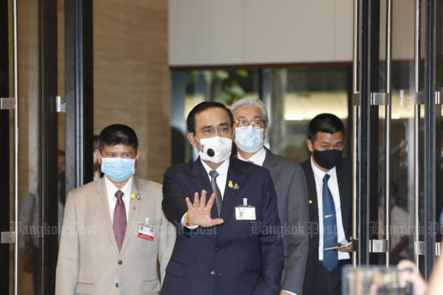 Prime Minister Prayut Chan-o-cha and Deputy Prime Minister Somkid Jatusripitak arrive at Parliament for the debate on three executive bills on Wednesday. (Photo by Pattarapong Chatpattarasill)