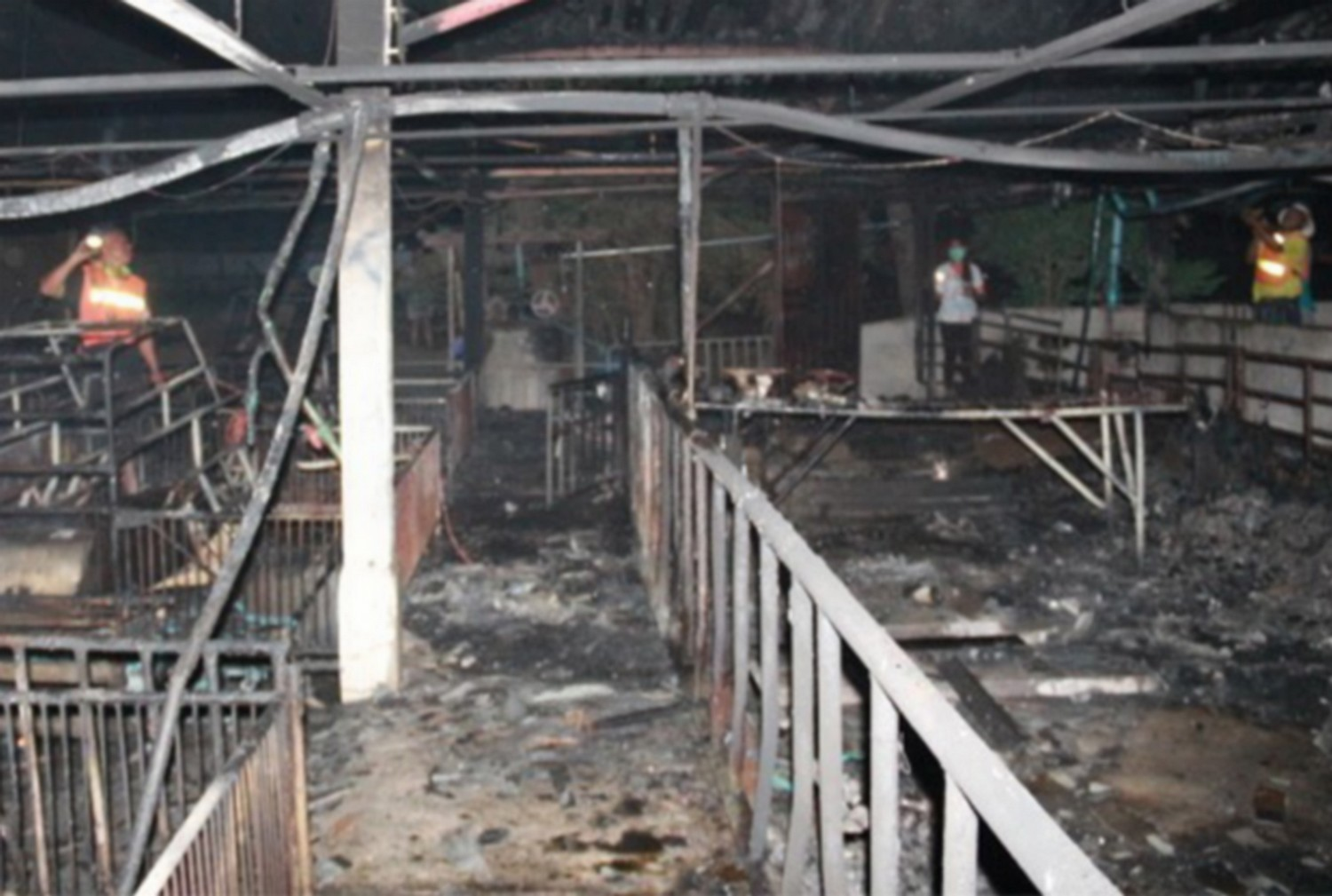 Inside the fire-gutted piggery in Nang Rong district, Buri Ram province, on Sunday night. (Photo: Surichai Piraksa)