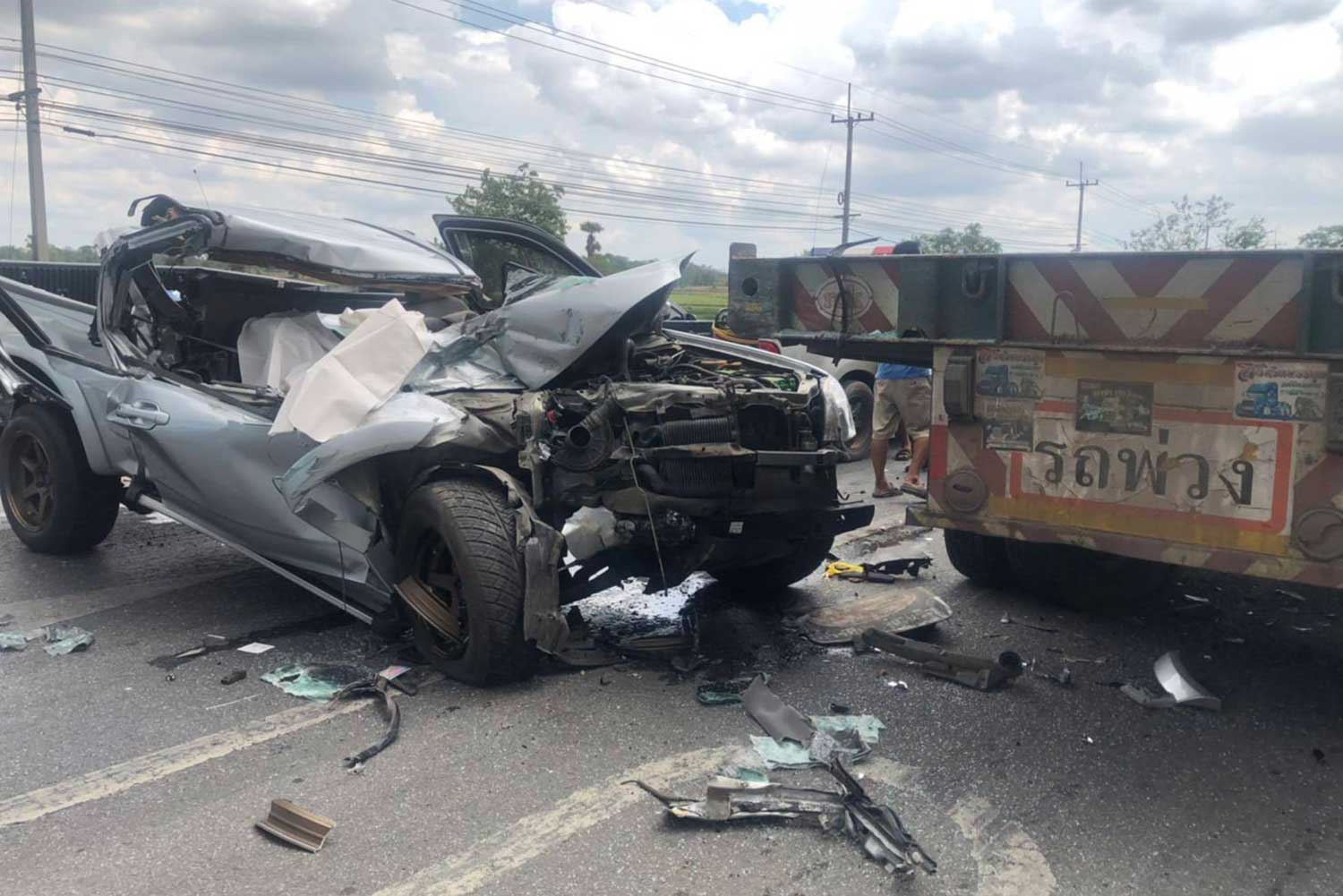 The driver was killed when this pickup truck crashed into the rear of a trailer truck at a U-turn in Non Sung district, Nakhon Ratchasima, on Tuesday afternoon.(Photo: Prasit Tangprasert)