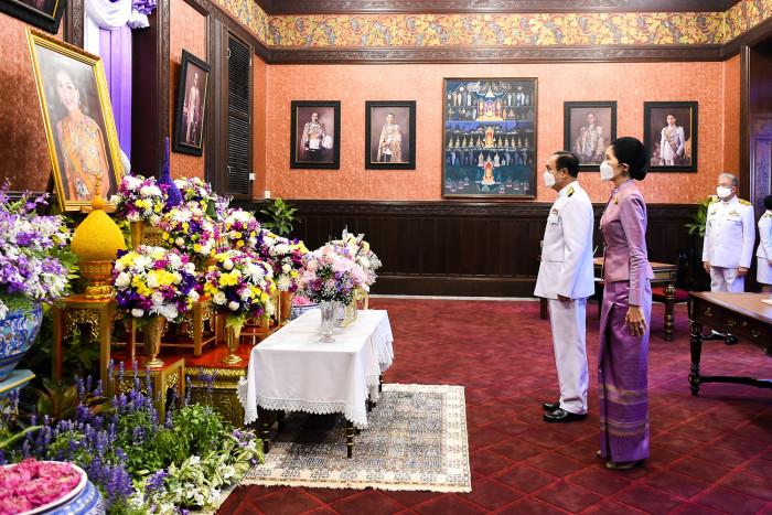 Thais celebrate Queen's birthday