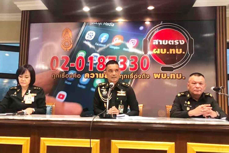 Army spokesman Col Winthai Suvaree (centre)