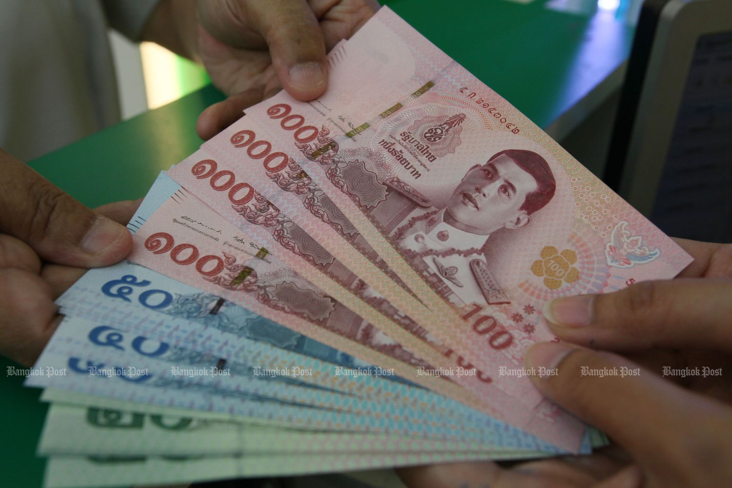 The baht appreciate while the SET index rallies on Thursday. (Bangkok Post photo)