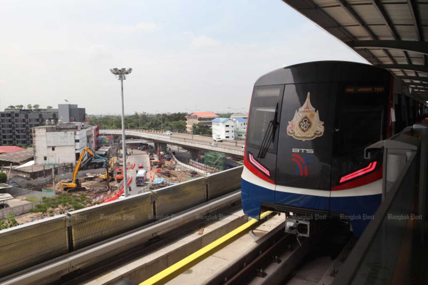 The new Green Line extension of the BTS skytrain has four stations - Royal Forest Department, Bang Sua, 11th Infantry Regiment and Wat Phra Sri Mahathat. It was opened on Friday. (Photo: Arnun Chonmahatrakool)