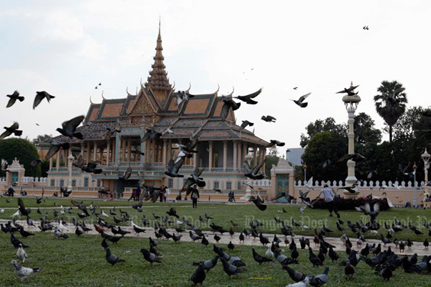 The Royal Palace Park, located next to the Royal Palace, is a favourite picnic place for locals in Phnom Penh. (Bangkok Post photo)