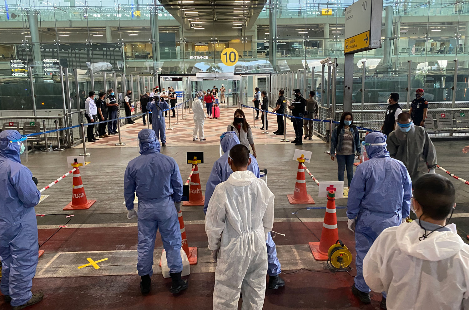 Thais returning from India arrive at Suvarnabhumi airport on Friday afternoon. The government on Saturday reported two new Covid-19 cases, both returnees from Russia and Kuwait, with no new deaths. (Photo: Sutthiwit Chayutworakan)