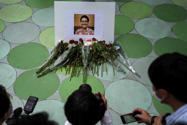 Members of the media take photo of a picture of Wanchalearm Satsaksit, 37, a political activist who was abducted by unknown gunmen in front of his Phnom Penh apartment on Thursday. (Reuters photo)