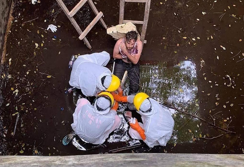 Members of a Indonesian Search and Rescue team evacuate British national Jacob Matthew Robert, 29, from a well in Badung, Bali province on Saturday. (BADUNG POLICE / AFP)